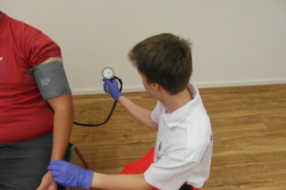 Praxisanleitung: Blutdruckmessung durchführen..